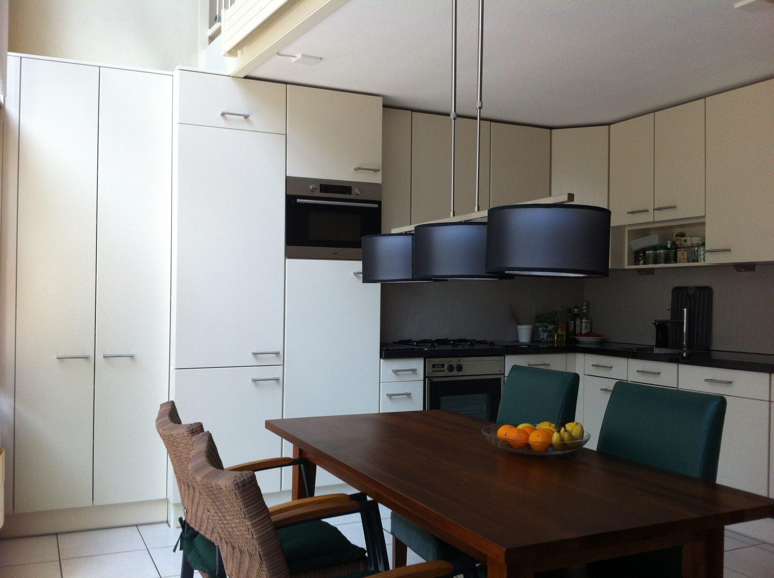 e keuken met de maatwerk hoge kast na renovatie